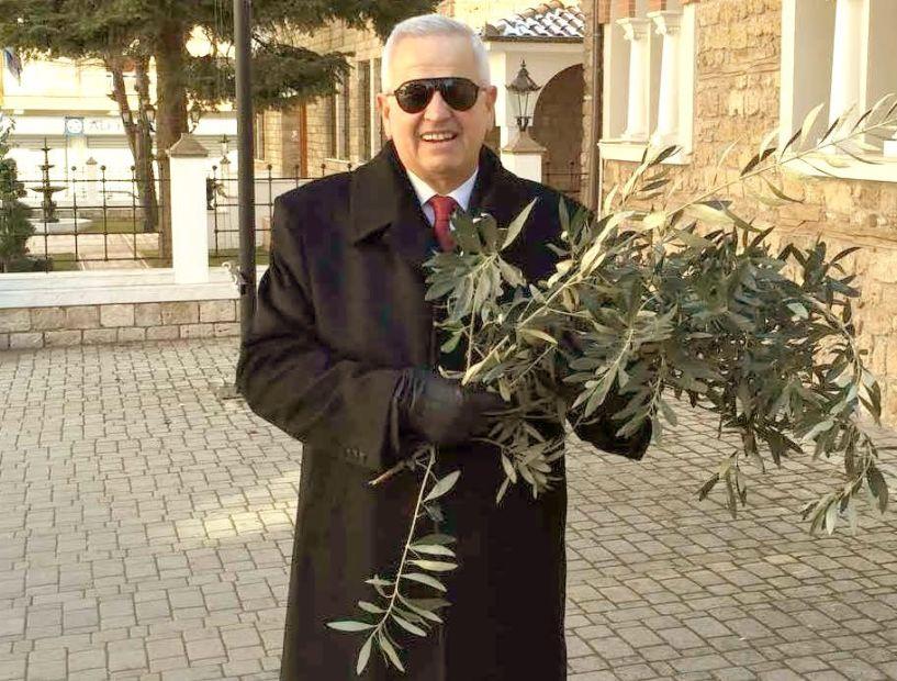 Τήρησε και φέτος το έθιμο  της πρωτοχρονιάτικης ελιάς,  ο Τάσος Βασιάδης