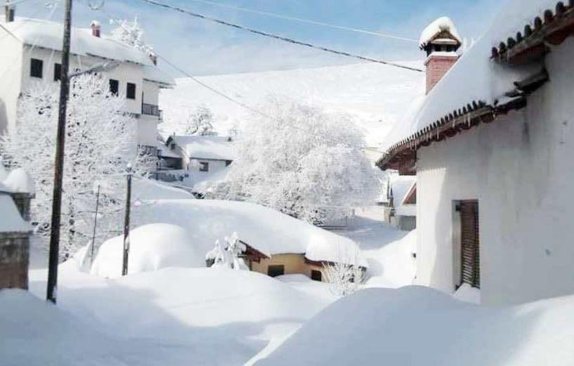 Ένα γόνα χιόνι και παγωνιά, στο Σέλι