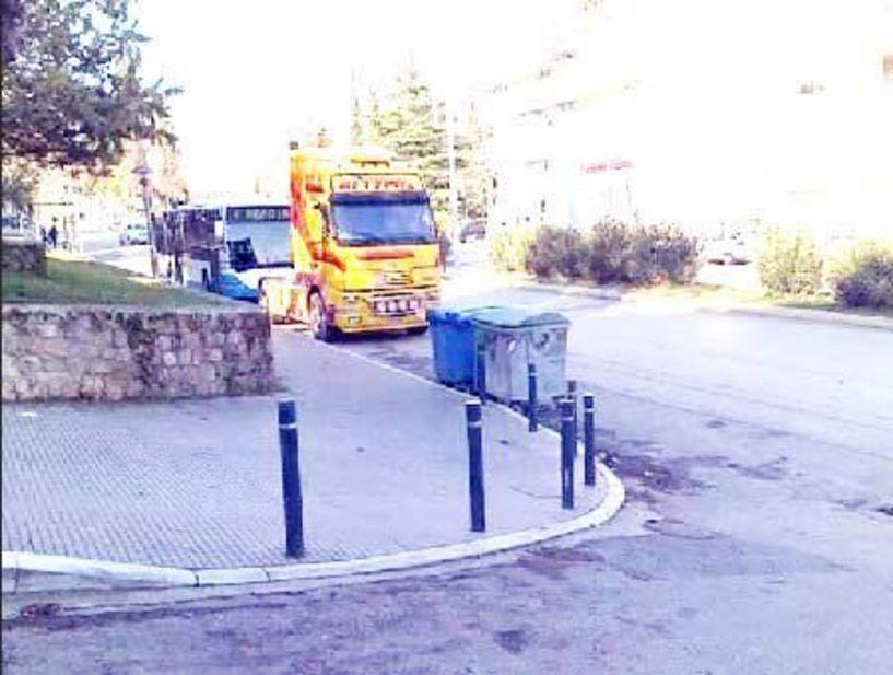 Σταθμευμένα μεγάλα οχήματα εμποδίζουν την ορατότητα στην οδό Θεσσαλονίκης