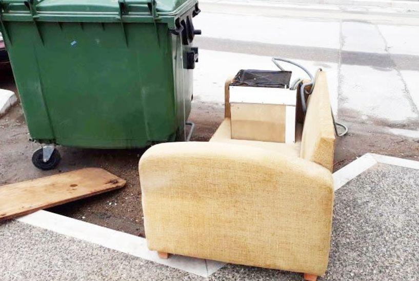 Και πάλι καναπέδες στα πεζοδρόμια  του κέντρου της Βέροιας;