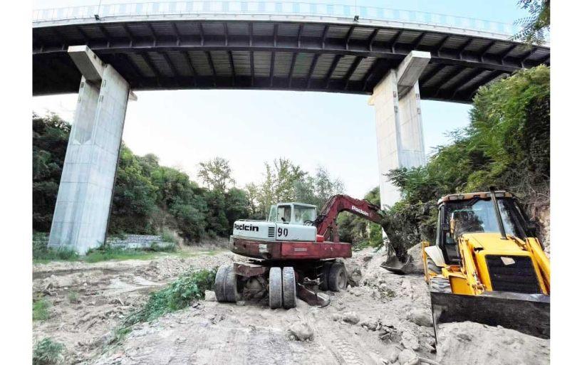 Εργασίες της ΔΕΥΑΒ στην κοίτη του Τριποτάμου, για την συντήρηση του κεντρικού αγωγού αποχέτευσης