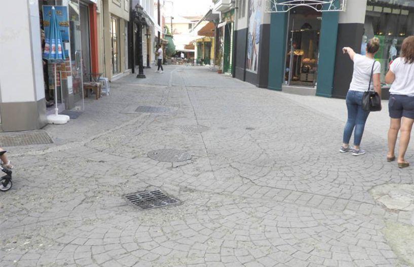 Ξηλώνονται τα κατεστραμμένα τσιμέντα και μπαίνουν κυβόλιθοι σε τμήματα του εμπορικού πεζόδρομου Βέροιας