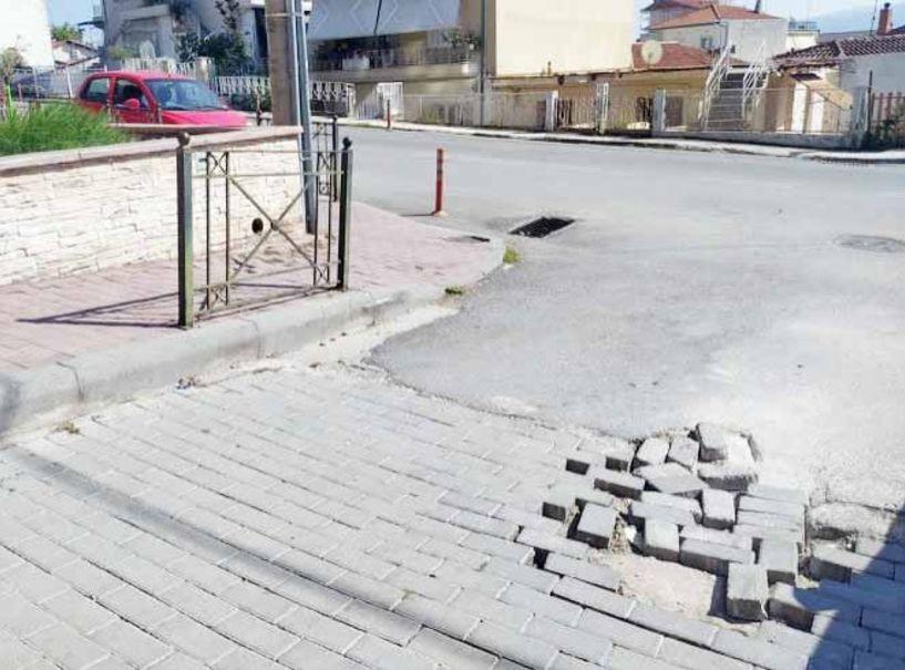 Πρόβλημα για τα οχήματα, τα σπασμένα τούβλα στην κατηφόρα από Κοντογεωργάκη προς Πιερίων