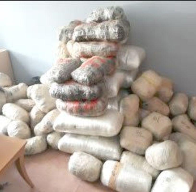 Συνελήφθησαν στη Βεργίνα Ημαθίας δύο άτομα για εισαγωγή και μεταφορά 147 κιλών ακατέργαστης κάνναβης, με σκοπό τη διακίνησή τους