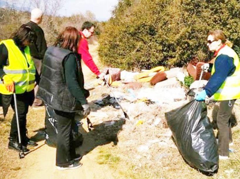 «Βουνό» τα σκουπίδια και τα πλαστικά