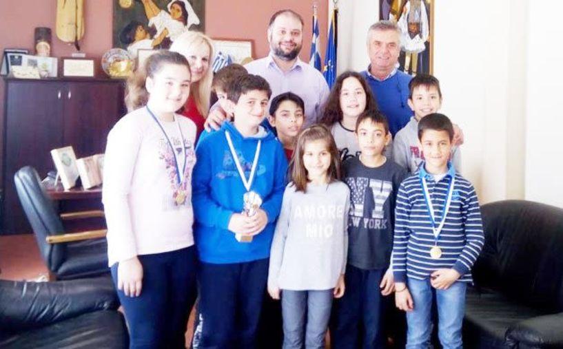 Στο δημαρχείο Νάουσας οι διακριθέντες σκακιστές  του 5ου Δημοτικού