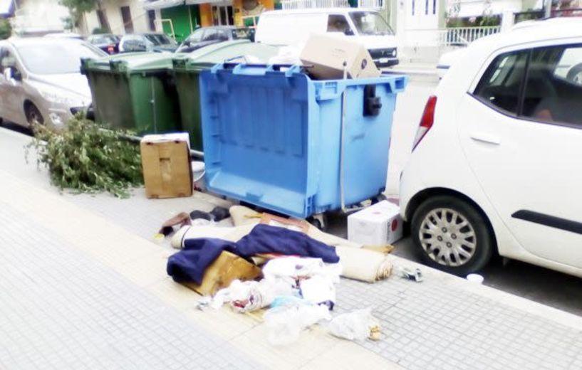 Απ' όλα…τα σκουπίδια σε πεζοδρόμιο της Ανοίξεως