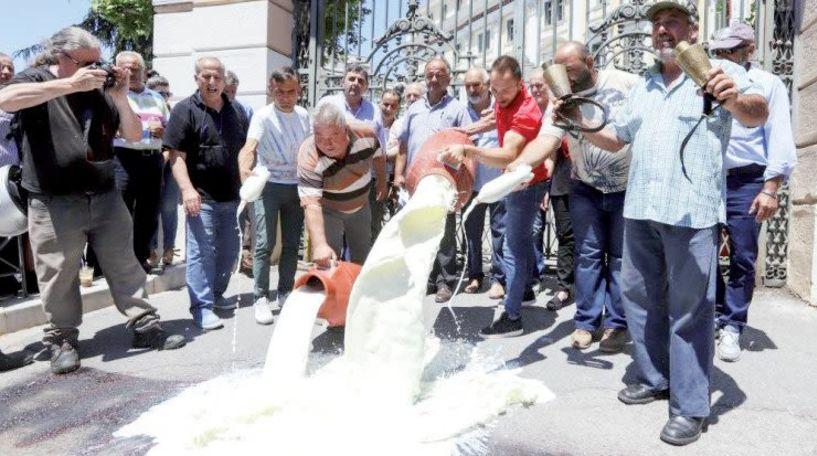Πρωινό με γάλα, μπροστά στο Υπουργείο Μακεδονίας-Θράκης, «σέρβιραν» οι αγανακτισμένοι κτηνοτρόφοι
