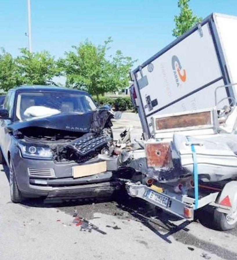Ατύχημα στο πάρκινγκ  του Σ.Ε.Α. Πλατάνου  με τζιπ που έπεσε  σε 3 αυτοκίνητα  και σε βάρκα!!!