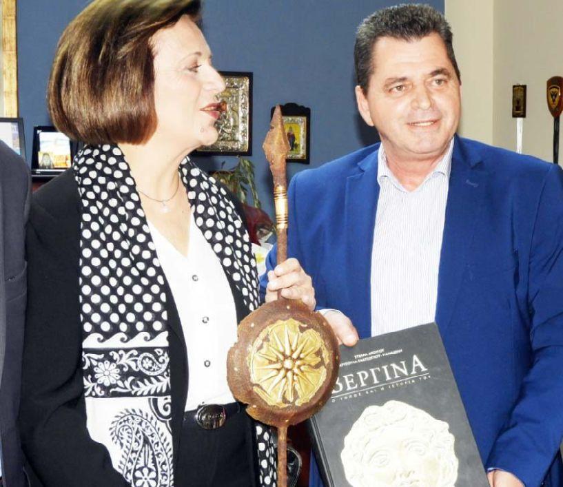 Με χαρά αποδέχθηκε η υφυπουργός  το δώρο του αντιπεριφερειάρχη