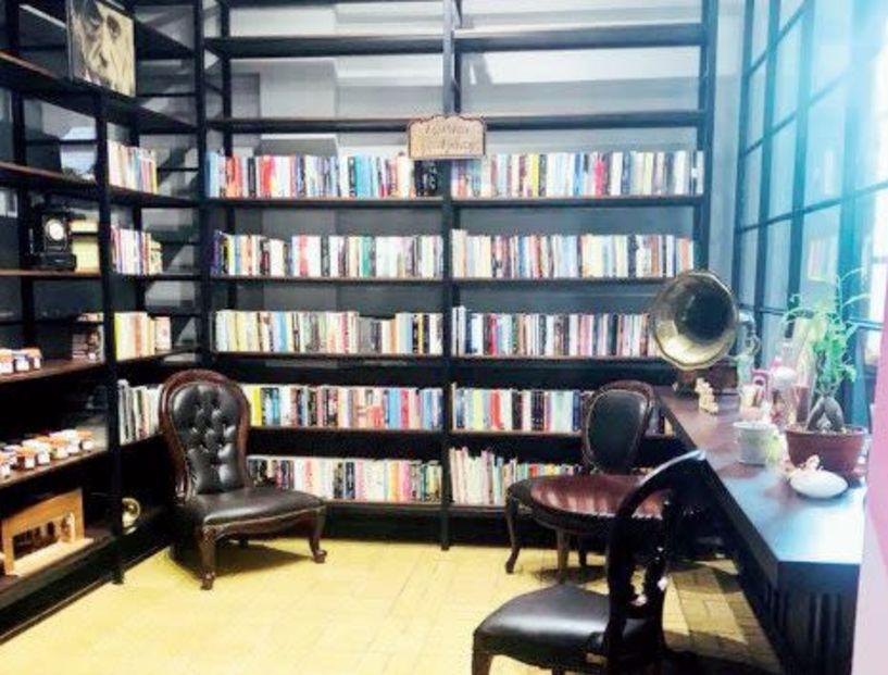 Πάνω από 800 βιβλία στο «ράφι της αγάπης»  στο Φουαγιέ της «Στέγης»
