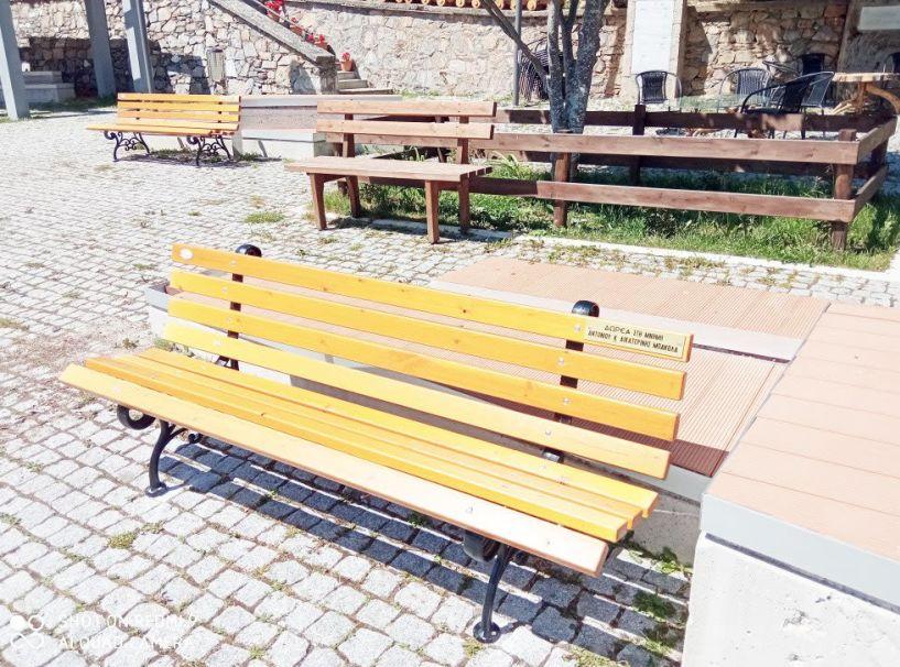 Νέα παγκάκια στην πλατεία Σελίου, από δωρεά κατοίκων