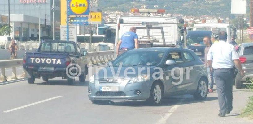 Τροχαίο ατύχημα με συμπλοκή τριών αυτοκινήτων   μπροστά στη ΔΟΥ Βέροιας