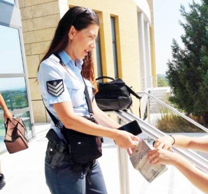 Η Αστυνομικός που παρέδωσε πορτοφόλι  στα Δικαστήρια Βέροιας