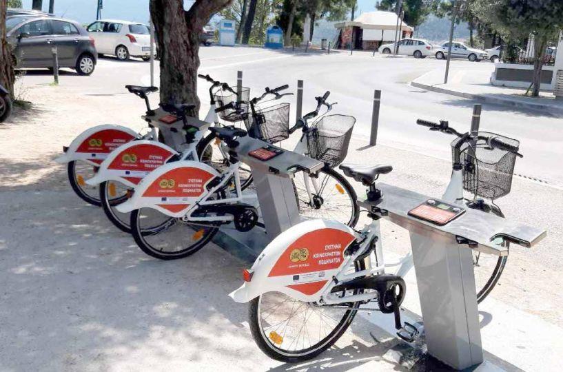Τοποθετήθηκαν χθες σε 4 κεντρικά σημεία της Βέροιας -  28 δημοτικά ποδήλατα στη διάθεση των πολιτών για τις μετακινήσεις