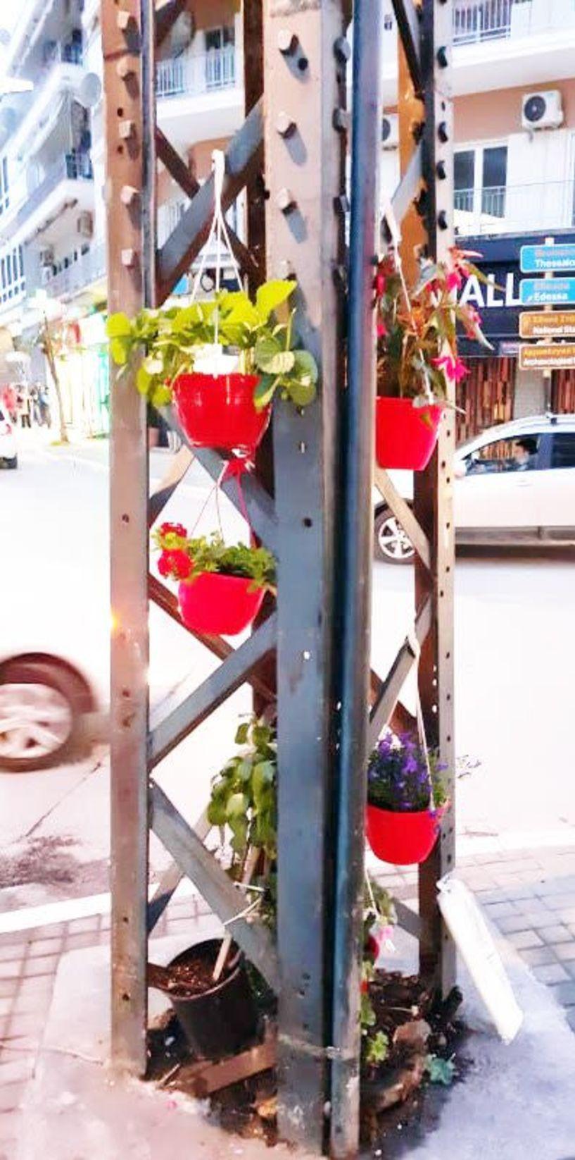 «Στολίστηκε» με λουλούδια ο πιο παλιός πυλώνας ρεύματος της Βέροιας!!!