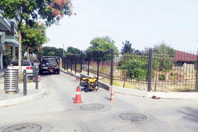 Κάγκελα στο πάρκο  του Καρατάσου και υποψίες ότι μίκρυνε ο δρόμος…