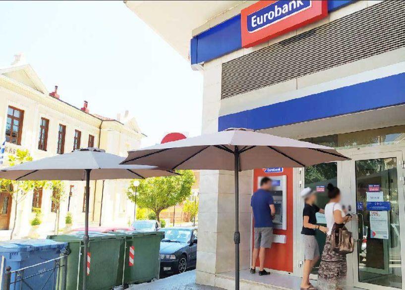 Δύο ομπρέλες έβγαλε η Eurobank για τους πελάτες και τις ουρές