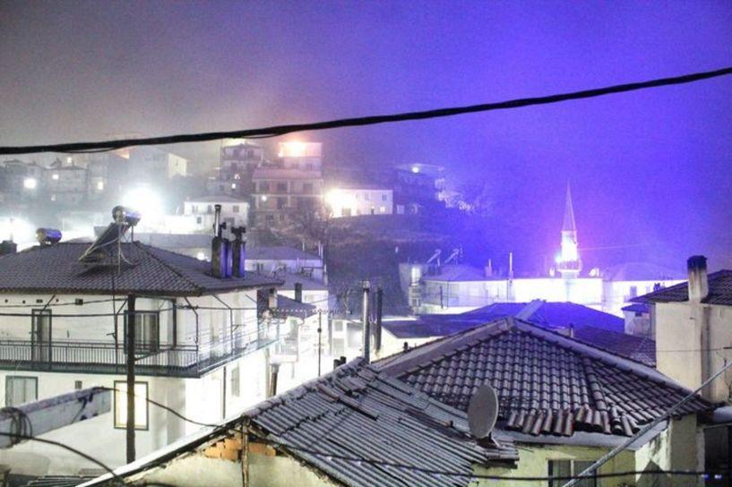 Στα λευκά η Ξάνθη: Παραμυθένιες εικόνες σε στέγες, δρόμους και πλατείες