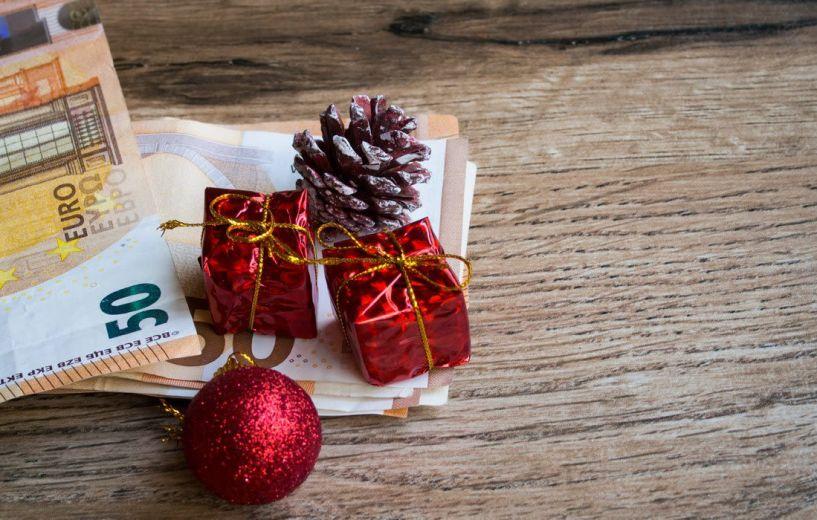 Ζεστό χρήμα 4 δισ. ευρώ με αναδρομικά, μερίσματα και συντάξεις στη Χριστουγεννιάτικη αγορά